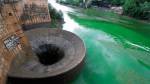Agua del lago San Roque junto al paredón del Dique, a pocos cientos de metros donde Aguas Cordobesas toma el fluido para llevar agua potable a la ciudad.